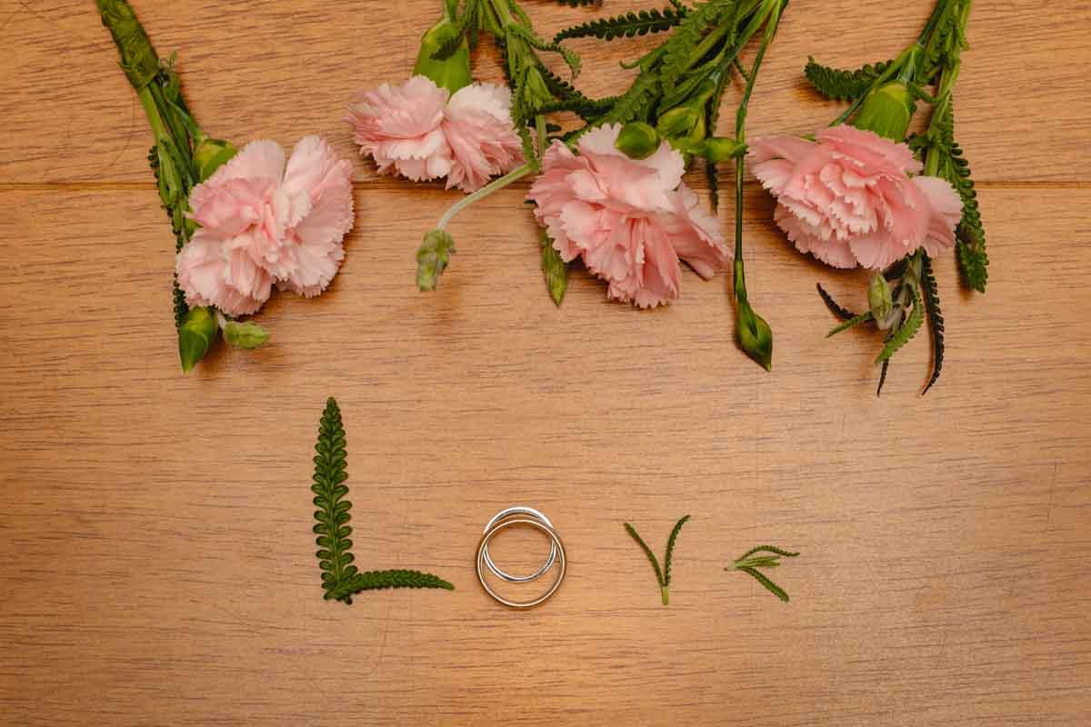 Foto das alianças no making of da noiva