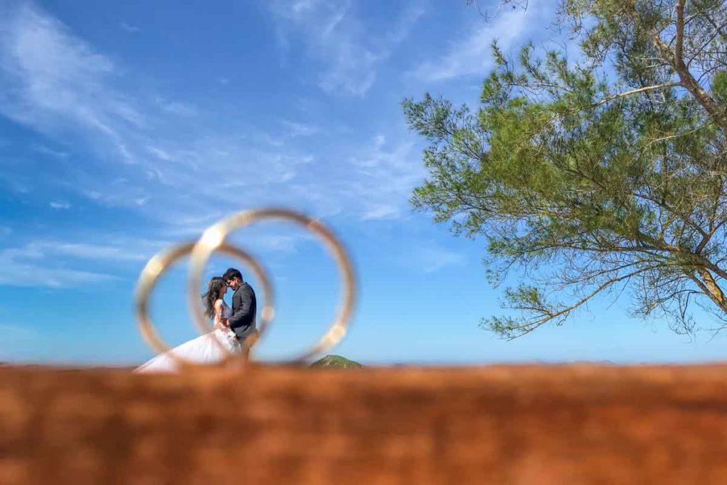 Foto criativa das alinaças no Ensaio pós casamento realizado em Arraial